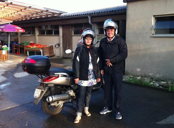 Josip Kraljičković s prijateljicom švicarskom u stručnom agronomskom obilasku motorom