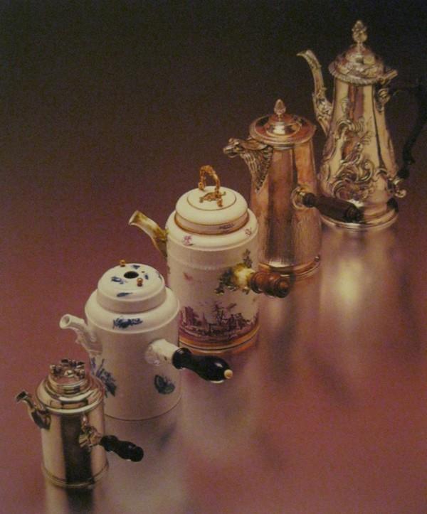 Dio finoga posuđa za pripremu vrućega kakao i čokolade