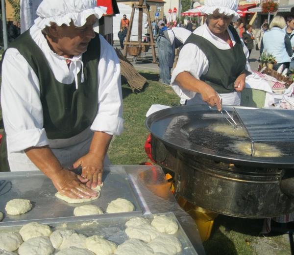 Da bi postale tople i ocijedila im se masnoća, gotove se postavljaju iznad onih koje se peku (Snimio Miljenko Brezak / Acumen)