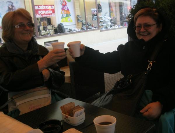 Moja prijateljica Milka Bunjevac i ja nazdravljamo mojem Miljenko Brezaku koji nas snima
