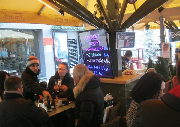 Zimsko adventsko ozračje (zagrebačko!) također priodonosi boljim mirisima i okusima kuhana vina (Snimio Miljenko Brezak / Acumen)