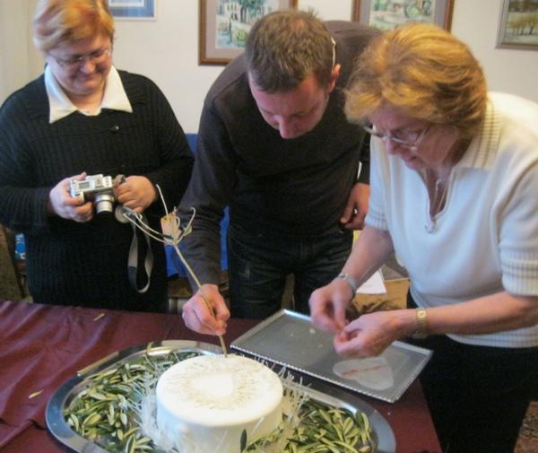Na kraju: ukrašavanje listićima uokolo i suzama od vučena vrućeg šećera (Snimio Miljenko Brezak/ Acumen)