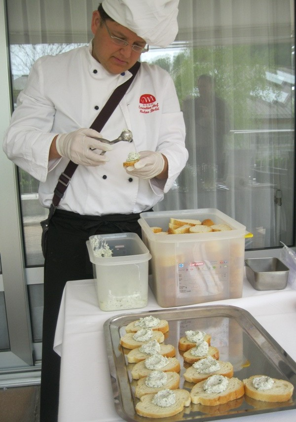 Chef Mislav Božić priprema prigriske sa svježim kravljim sirom (Snimio Miljenko Brezak / Oblizeki)
