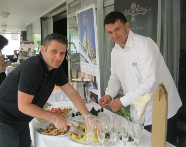 Mario Vuglec isommelier Siniša Paska pripremaju đakonije za besplatnu degustaciju (Snimio Miljenko Brezak / Oblizeki)