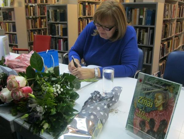 Potpisivanje knjige (Snimio Miljenko Brezak / Oblizeki)