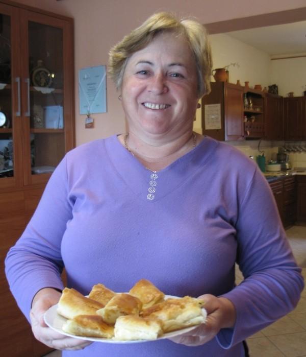 Štefica Krčmar s jednim od svojih pečenih uradaka (Snimila Božica Brkan / Oblizeki)