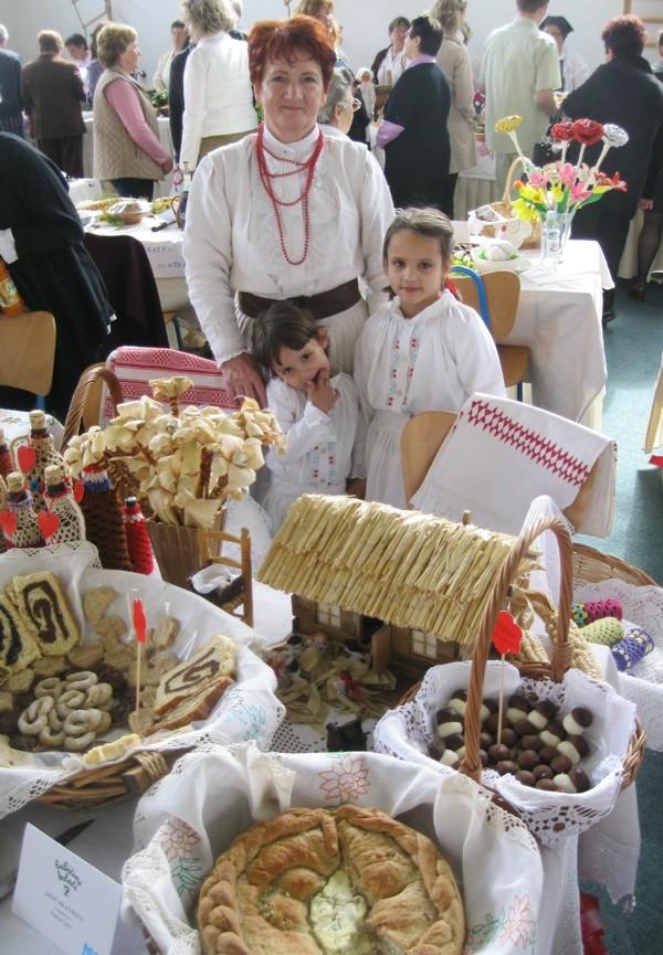 Brankica Jagić svoj je stol, prigodno slastici koja se pekla za komušanje, ukrasila komušinom (Snimio Miljenko Brezak / Oblizeki)