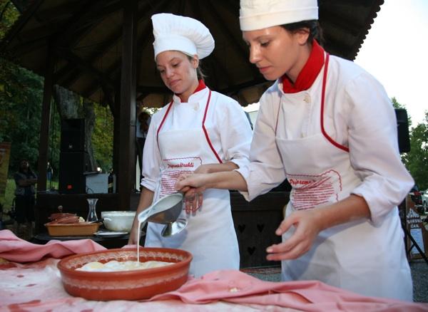 S jednoga od prijašnjih natjecanja u pripremi zagorskih štrukla (Fotografija Krapinsko-zagorska županija)