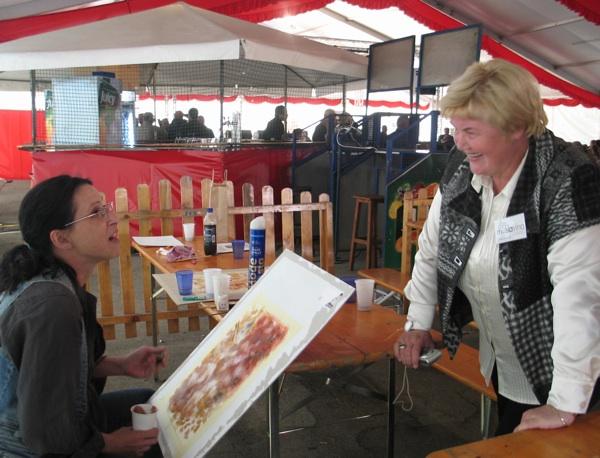 Akademska slikarica Ivana Ožetski u razgovoru s organizatoricom Vinorela Slavicom Moslavac (Snimila Božica Brkan / Oblizeki)