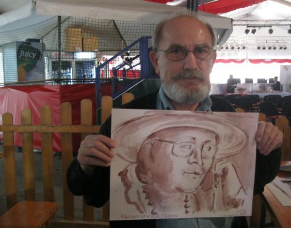 Miljenko Brezak sa svojim vinorelom, portretom vaše autorice i urednice Oblizeka Božice Brkan (Snimila Božica Brkan / Oblizeki)