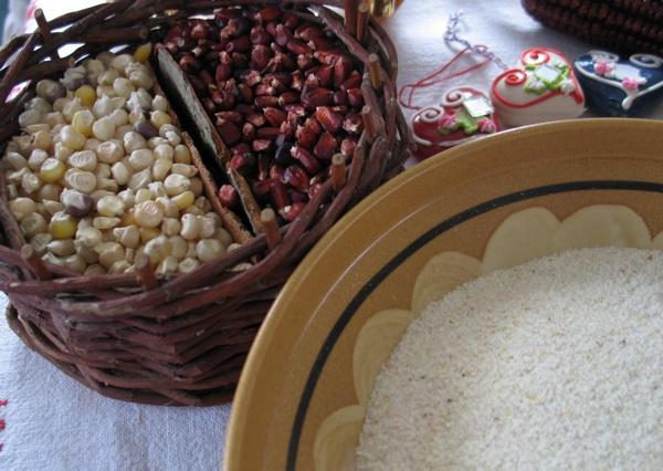 Bijeli i crven kukuruz te brašno bijeloga kukuruza sa stola Melite Humski (Snimila Božica Brkan / Oblizeki)