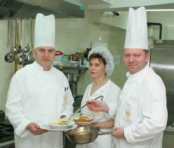 Kuhar Ivan Ižaković, slastičarka Mirica Čulig i chef Ivica Štruml u kuhinji zagrebačkoga holeta Palace (Snimio Igor Sitar / Oblizeki)