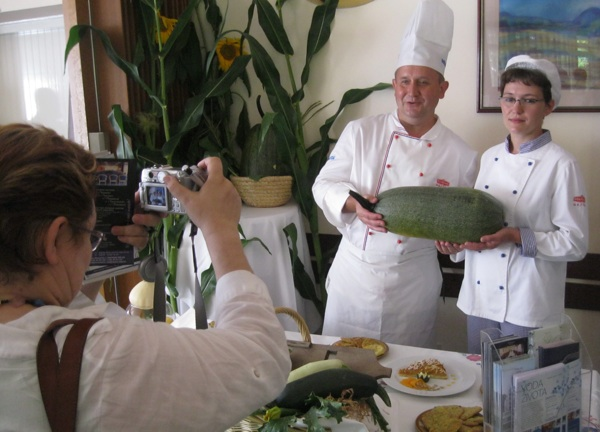 Toplice Hotel na na kuharskom natjecanju predstavljali su Tihomir Ljubelj iKatarina Plahutar, koji poziru urednici Oblizeka Božici Brkan (Snimio Miljeno Brezak / Oblizeki)