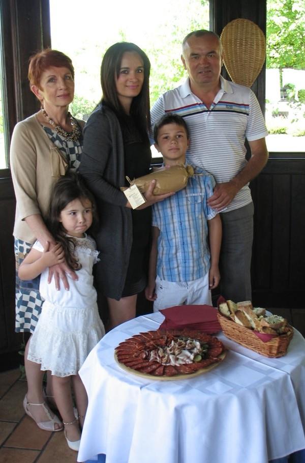 Povijesni datum za cijelu obitelj: Tomislav sa suprugom Slavicom kćeri Katarinom te unucima Tenom i Franom (Snimila Božica Brkan/ Acumen)