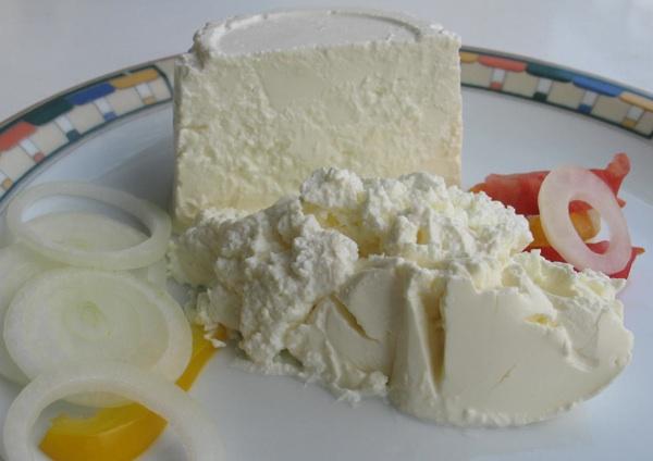 """Jedan iz ponude industrijskih sireva s vrhnjem označen """"tradicionalnim proizvodom"""" i poslužen s tradicionalnim dodacima: lukom, rajčivom i paprikom (Snimila Božica Brkan / Oblizeki)"""