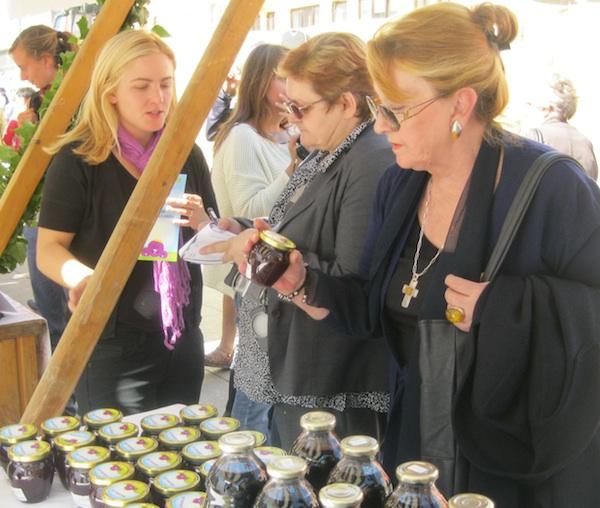 Sa sajma 100 % zagorsko: kupci pomno proučavaju malo im poznate proizvode (Snimio Miljenko Brezak / Oblizeki)