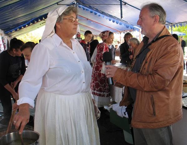 Bori Zimonji s Radio Martina Đurđa Šarec-Nemec iz Hrabinečkog srca opisuje pripremu jagla (Snimila Božica Brkan / Oblizeki)