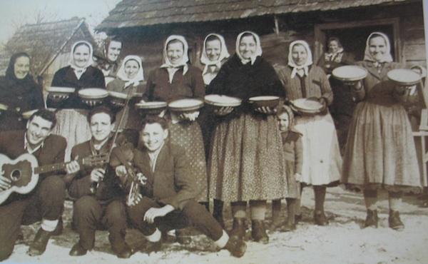"Stara fotografija kuharica s izložbe ""Posavska svadba"""
