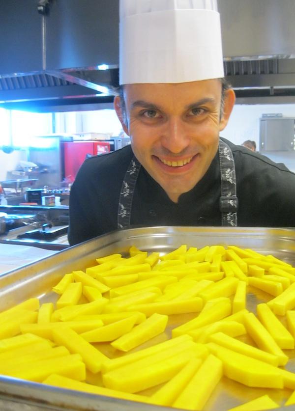 Chef Robert Slezak s pomfrtiom od buče prije pečenja (Snimila Božica Brkan / Oblizeki)