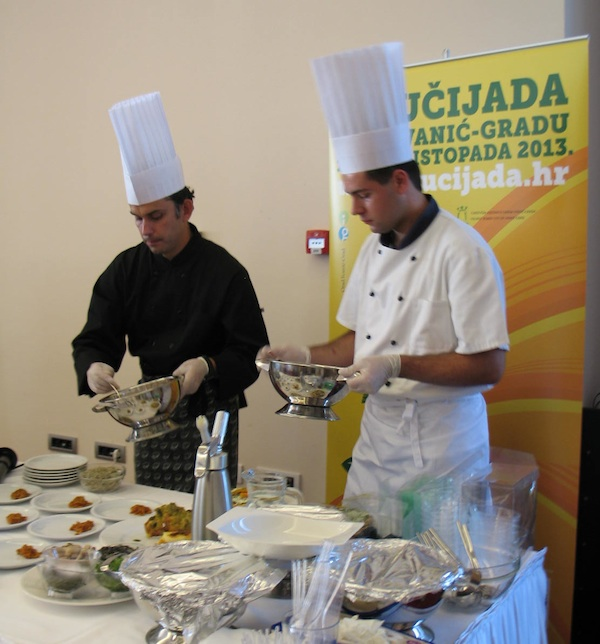Dvojica kuhara u bučinu elementu (Snimila Božica Brkan / Oblizeki)