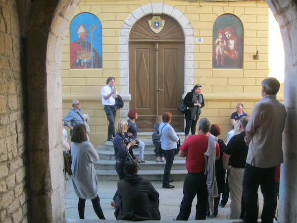 Gastronauti u obilasku stara Krka: pred katedralom i Biskupijom (Snimio Miljenko Brezak / Oblizeki)