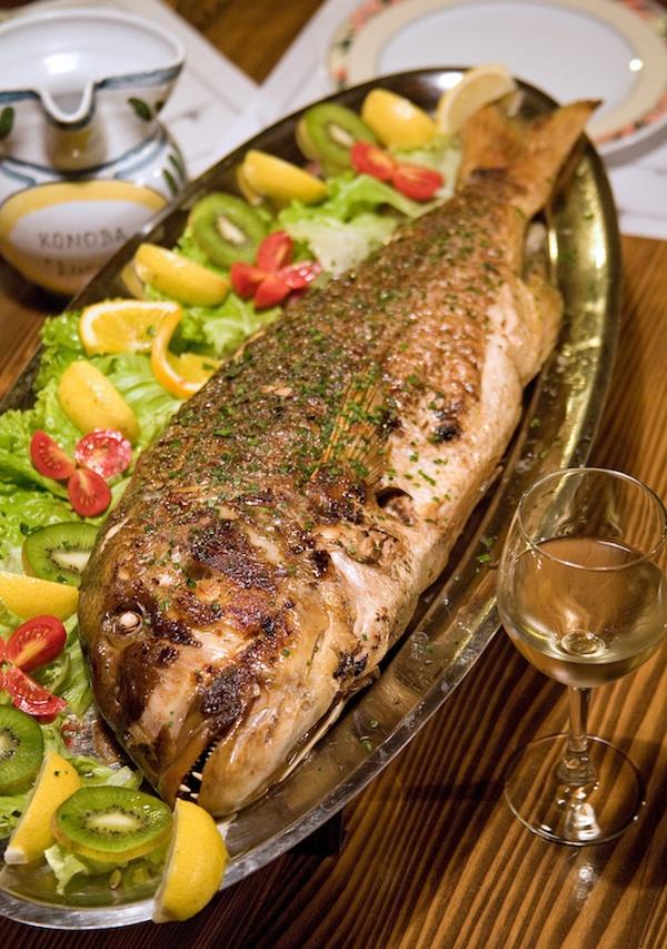 Žlahtina se odlično sljubljuje i s pečenom ribom (Fotografija Mario Hlača)