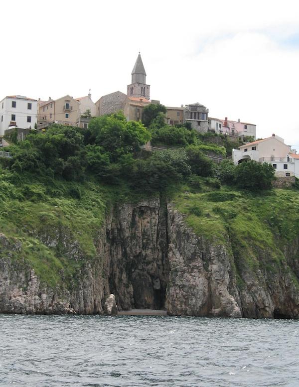 Vrbnik nad morem iz pjesme, s morske strane (Fotografija Oblizeki)