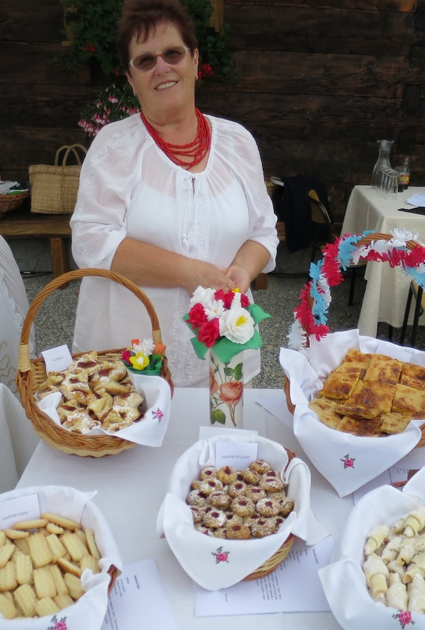 Ana Lisak sa svojim prezentacijskim stolom (Snimio Miljenko Brezak / Oblizeki)