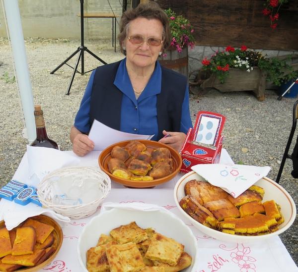 Gospođa Ana Januš iz Marije Bistrice sa sovjim prezentacijskim stolom  (Snimio Miljenko Brezak / Oblizeki)