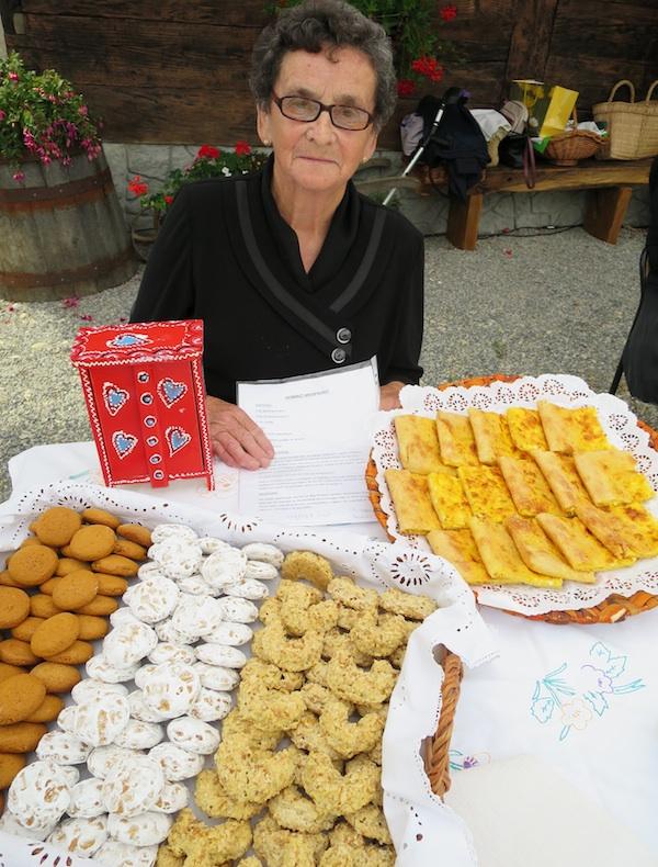 Milka Vinković sa slasticama koje je ispekla za Stubičke oblizneke (Snimio Miljenko Brezak / Oblizeki)