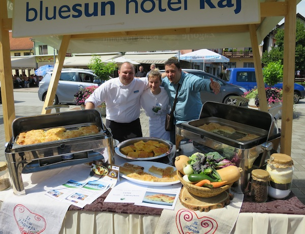 Tomislav Kožić, chef Blue Sun Hotel Kaj iz Marije Bistrice (na slici sa svojo ekipom) kao talentirani pariški đak te prvi i dvostruki Zagorski chef izuzetno maštovito i uspješno tradiciju unosi u modernu hrvatsku kuhinju hotelsku ponudu (Snimila Božica Brkan / Oblizeki)