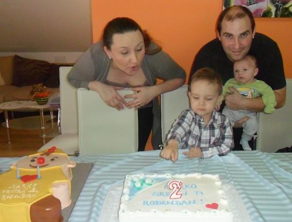 Obitelj s dvije torte za drugi sinovljev rođendan (Obiteljski album)