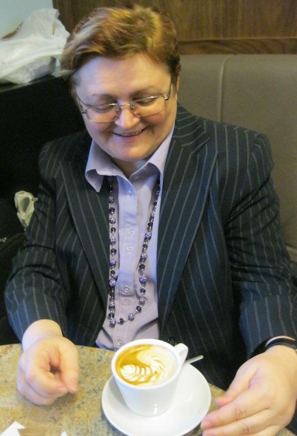 Autorica Oblizeka Božica Brkan s obveznim macchiatom u jednoj od svojih omiljenih zagrebačkih kavana (Snimio MIljenko Brezak / Oblizeki)