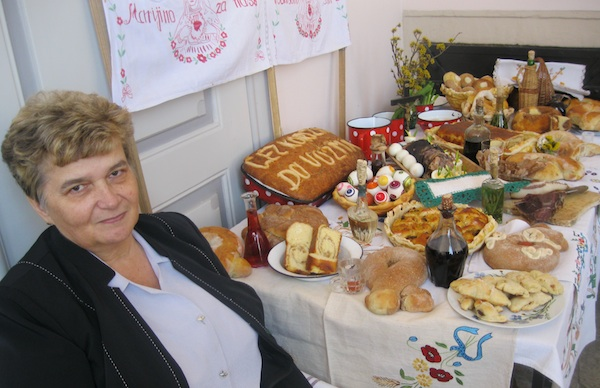 Nada Tučkar uza svoj izložbeni tradicijski uskrsni stol na izložbi Čez korizmu do Vuzma (Snimila Božica Brkan / Oblizeki)