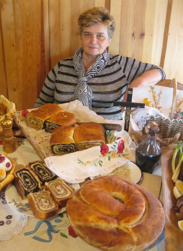 Nada Tučkar s dijelom jednoga od svojih izložbenih stolova (Snimio Miljenko Brezak/ Oblizeki)