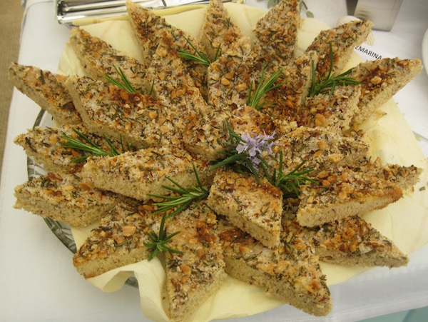 Sa stola nerezinskog restorana televrin: dojmljiv kolač od ružmarina (Snimio MIljenko Brezak / Oblizeki)