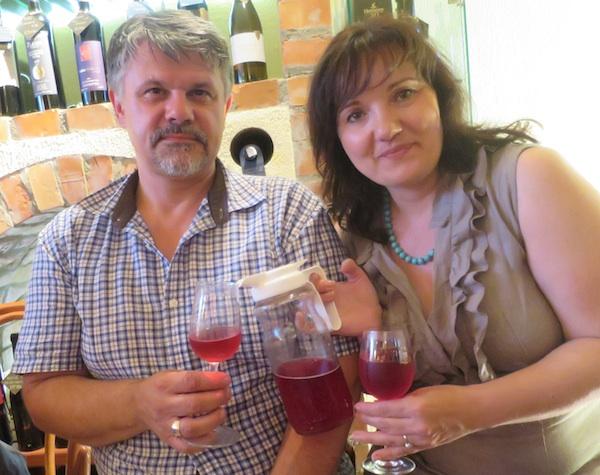 Sanja i Darko Pero Pernjak nazdravljaju svojim sokom od višnje (Snimio Miljenko Brezak / Oblizeki)