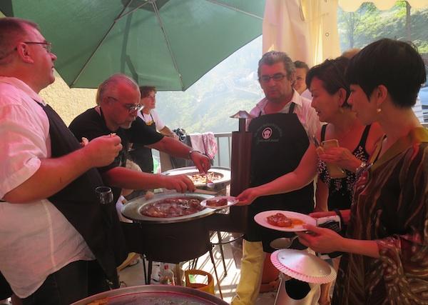 I gošće Dumićevih iz Malezije također su kušale na različite načine pripremljenu kotlovinu (Snimio Miljenko Brezak / Oblizeki)