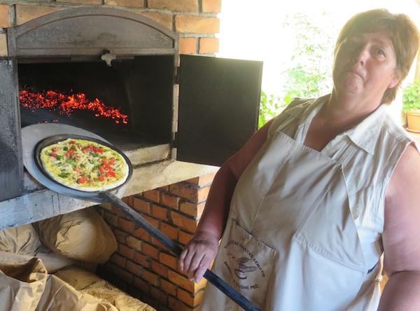 Gosti iz Slovenije svoju su prosjču ispekli po običaju u krušnoj peći (Snimio Miljenko Break / Oblizeki)