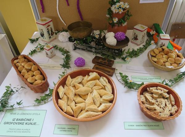 Slatki izložbeni stol Martanovih iz Madžareva (Snimio Miljenko Brezak / Oblizeki)