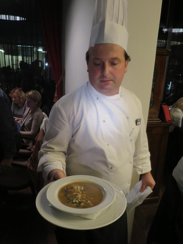 Chef restorana Academia s jednim od devet slijedova autorske večere za gastronaute Jesen u Mariji Bistrici (Snimio Miljenko Brezak/ Oblizeki)