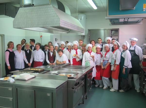 Urednica Oblizeka u veseloj kuhinji s mladim kuharima i konobarima i njihovim mentorima (Fotografija Oblizeki)