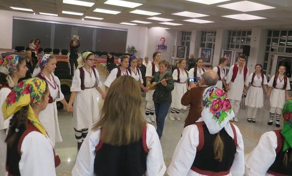 Veselje i baština uživo: Marica Filipović svira šargiju u sredini velikoga kola mladih i starih Žepčana(Snimila Božica Brkan / Oblizeki)