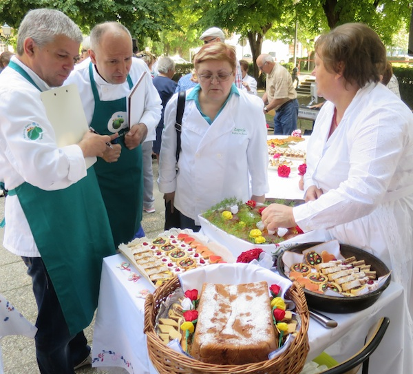 Božica Lacković ocjenjivačkome sudu predstavlja kako je izradila neobičnu sajanu gibanicu (Fotogorafija Miljenko brezak / Oblizeki)