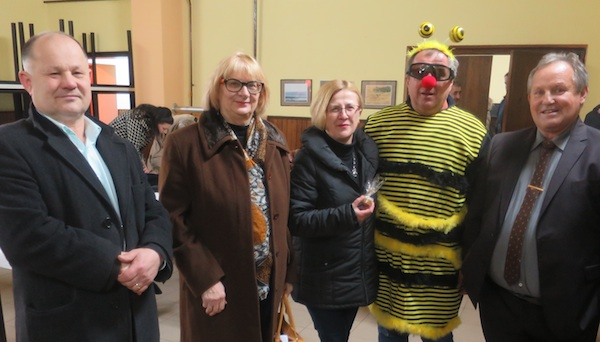 Prvi slijeva popovački gradonačelnik Josip Mišković, a krajnje deni Drago Plašćar, pčelar i predsjednik popovačke pčelarske udruge Lipa (Fotografija Božica Brkan / Oblizeki)
