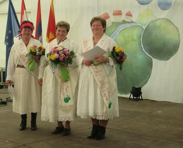 Na tronu babice slijeva nadesno: Mirjana Štahan, Nada Tučkar i Božica Lacković (Fotografija Božica Brkan / Oblizeki)