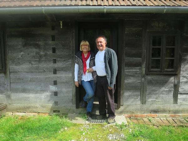 Dobrila i Drago pred starom kućom u koju smjestiše mlin i priču o njemu (Fotografija Božica Brkan / Oblizeki)