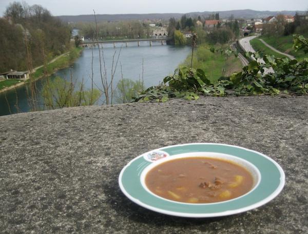 Preko gulaša Žganjerovih pogled sa staroga grada na Munjaru (Fotografija Miljenko Brezak / Oblizeki)