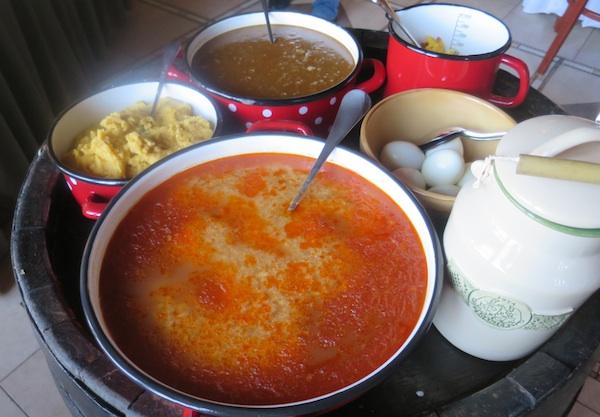 Prežgana juha odnosno prežgana župa, žgaci, dinstana jetrica, kuhana i zluđena jajca (Fotografija Miljenko Brezak / Oblizeki)