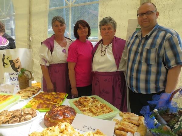 Ekipa Popovca sa svojim izložbenim stolom na Babičinim kolačima u Zagorskim Selima (Fotografija Božica Brkan / Oblizeki)